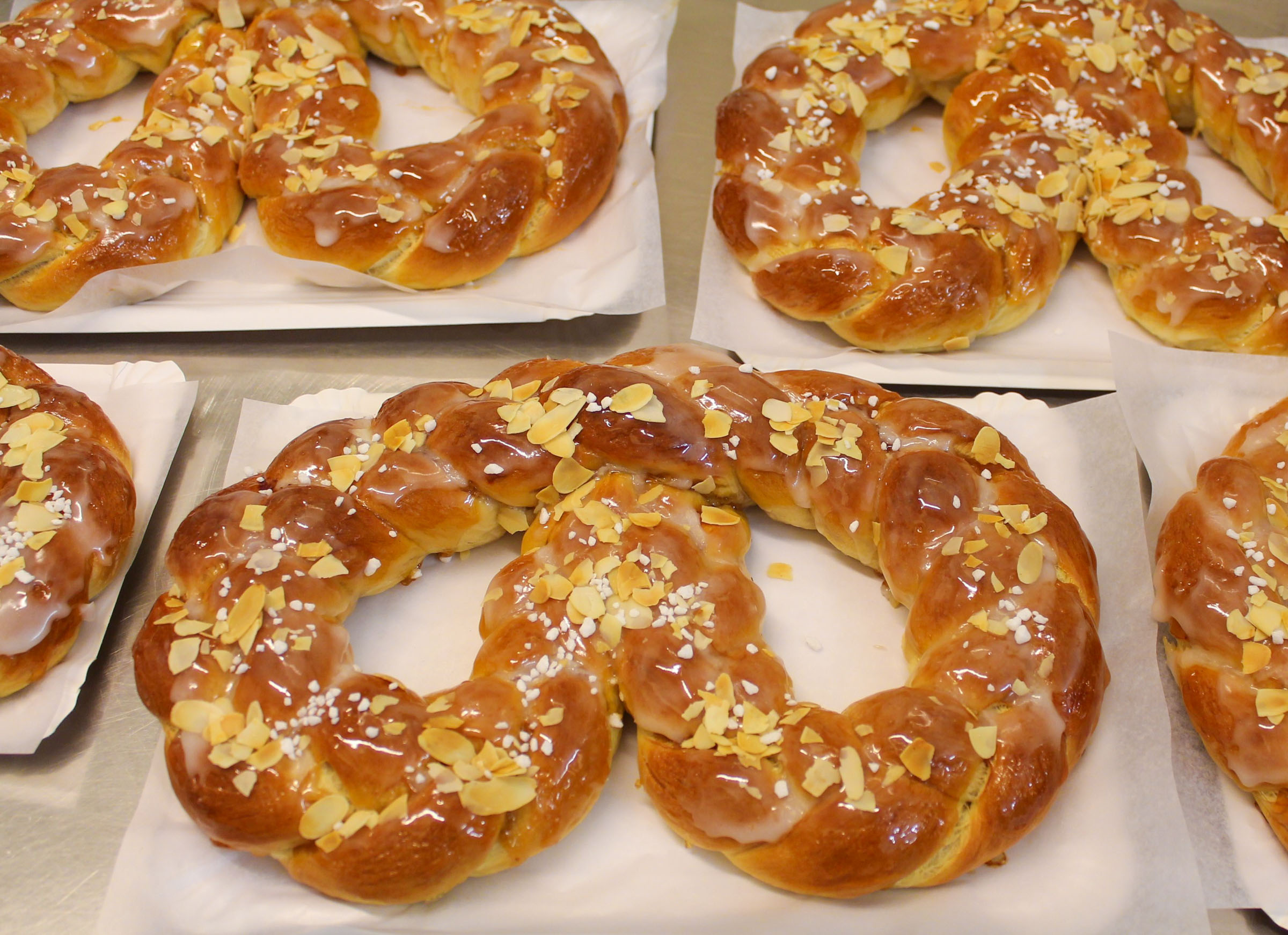 New Year's pretzel made from yeast dough - Cafe Kleimann